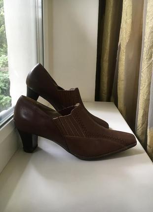 Кожаные закрытые туфли на среднем каблуке
