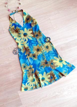 Красивое бирюзовое платье с принтом с открытой спиной