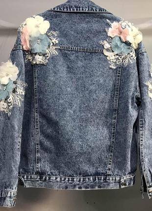 Нереально крутая джинсовка ,декорированная аликацией из цветов ,оверсайз