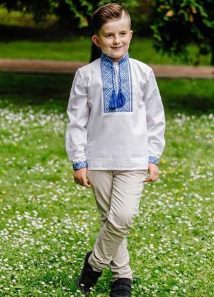 Ніжна вишиванка для хлопчика на сорочковій тканині