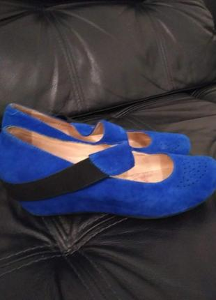 Темно - синие туфли на низкой танкетке