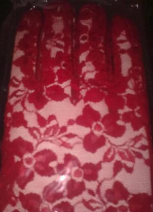 Перчатки гипюровые красные длинные.