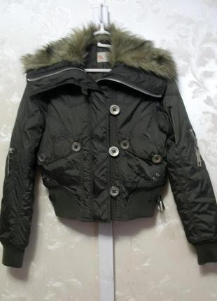 Укороченная куртка с меховым воротником