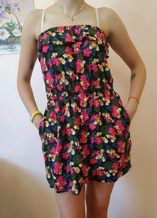 Летнее короткое платье с ярким принтом
