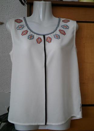 Красивенная блузка молочного цвета с вышивкой в этностиле