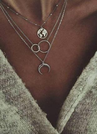 Тройная цепочка чокер с подвесками полумесяц, карта мира, кольца серебристого цвета