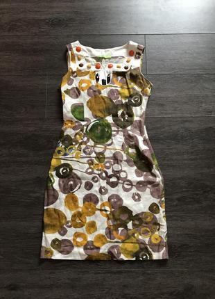 Летнее платье с многочисленными узорами.