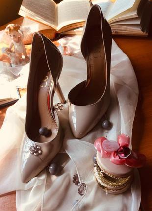 Шикарные туфли лодочки на устойчивом каблуке от bcbg max azria