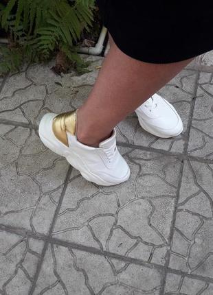 Кожаные кроссовки криперы белоснежные золото подошва танкетка10 фото