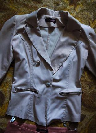 Светлый пиджак 38