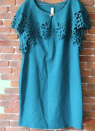 Темное-зеленое платье с воротником с перфорацией и брошкой