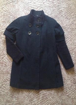 Черное пальто с вязаными рукавами