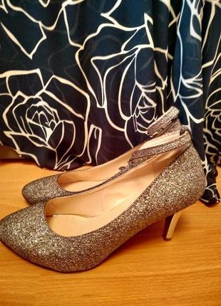 Серебряные туфли на каблуке