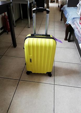Пластиковый чемодан дорожный на 4х колесах ручная кладь
