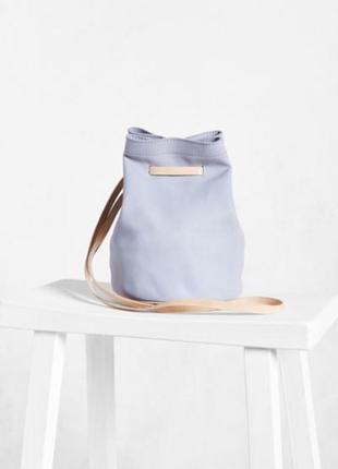 Замшевая пудрово-голубая мини сумка-ведро silence + noise из urban outfitters