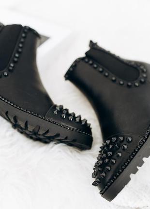 Люксовые стильные ботинки с черными шипами, болтами и бусинами2 фото