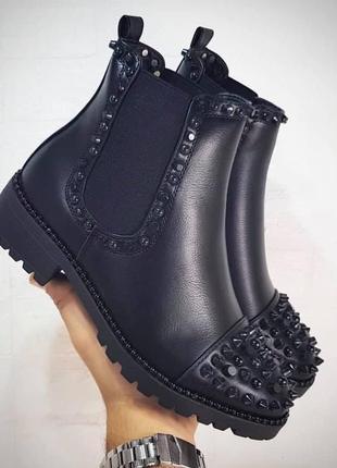 Люксовые стильные ботинки с черными шипами, болтами и бусинами1 фото