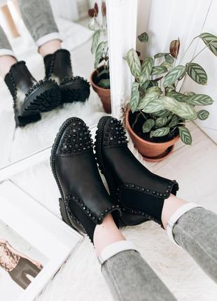 Люксовые стильные ботинки с черными шипами, болтами и бусинами3 фото