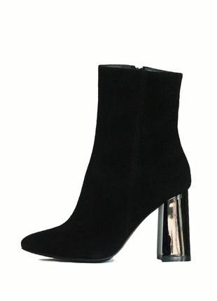 Классические ботинки на каблуке из замши