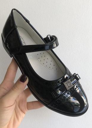 Школьные чёрные лаковые туфли с супинатором