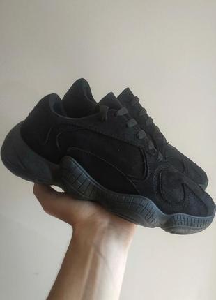 Черные кроссовки закрытые с блестяшками yeezy 500
