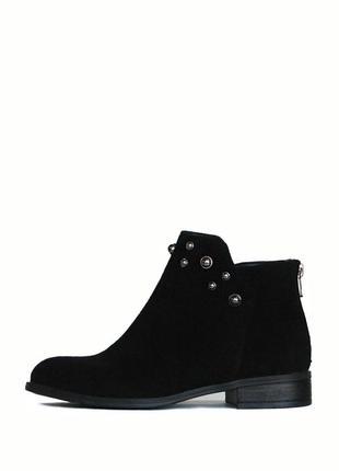 Черные замшевые ботинки с бусинами