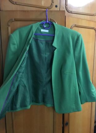 Женский жакет, укороченый пиджак; бледно зелёного цвета