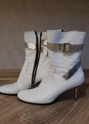 Белые стильные сапоги на шпильке