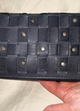 Красивый большой кожаный кошелек.