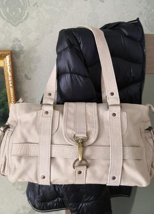 Красивая летняя кожаная сумочка.