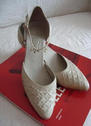 Кожаные туфельки-босоножки с плетеными элементами 38р
