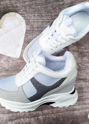 Стильные кроссовки сникерсы