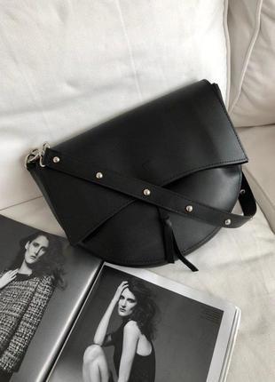 Практичная и вместительная сумка в стиле saddle bag с 2мя ремешками