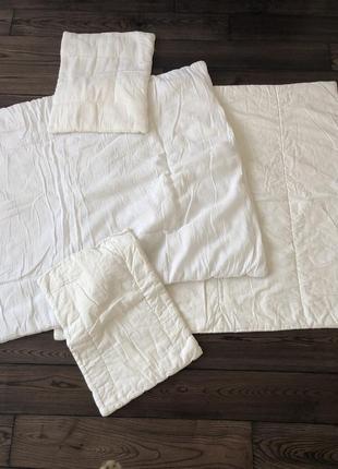 Одеяло и подушка в кроватку малыша можно для двойни