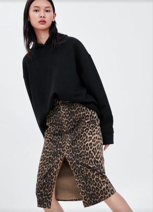 Трендовая джинсовая юбка миди на талию в леопардовый принт zara