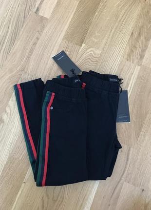Стильные брюки reserved с лампасами на 110 см.