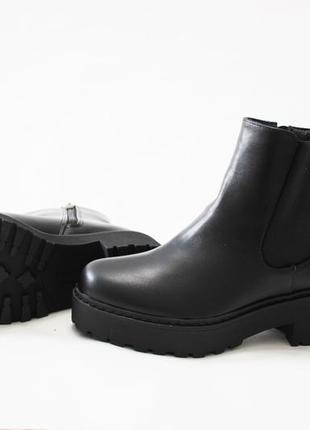 Женские черные демисезонные ботинки челси на толстой подошве из эко-кожи4 фото