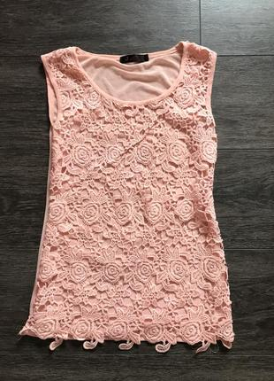 Легкая, летняя, нежно-розовая майка с узорами.