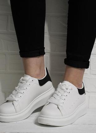 Модные женские белые кеды (кроссовки, крипперы) с черным задником