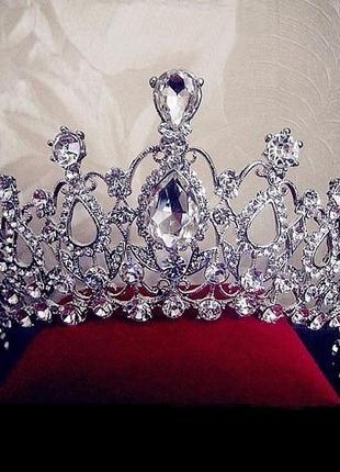 Роскошная корона в камнях серебристого цвета
