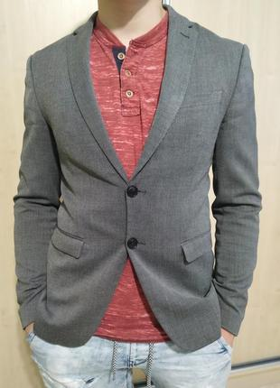 Продам  фирменный очень стильный пиджак zara турция+ рубашка zara белая