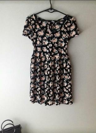 Платье в цветы со шнуровкой на спине