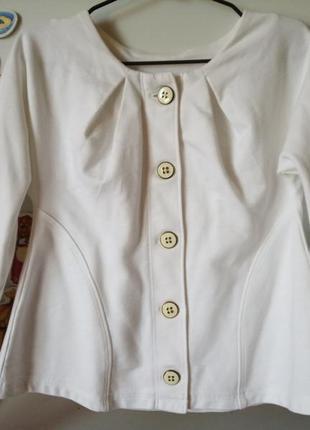 Пиджачек трикотажный белый на девочку