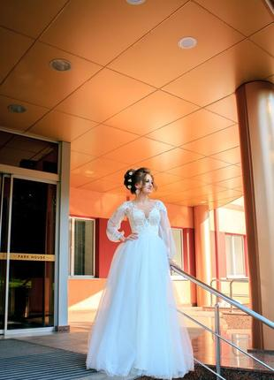 Свадебное платье молочного цвета с интересными рукавами
