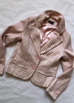 Красивый розовый пиджак в клетку