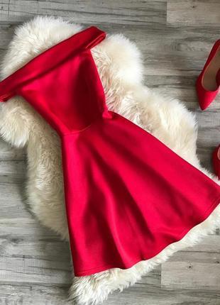 Нарядное красное платье с открытыми плечами