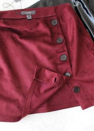 Трендова юбка-міні з гудзиками збоку