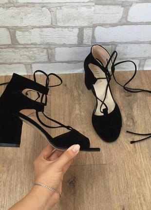 Босоножки со шнуровкой на устойчивом каблуке