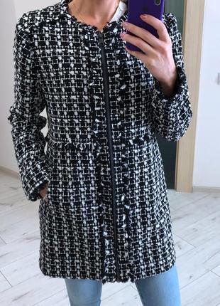 Черно белое пальто