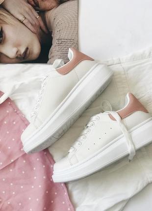 Женские белые кеды, кроссовки с розовой вставкой.